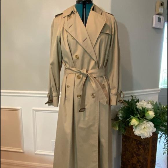 An essential Burberry raincoat. Like new.